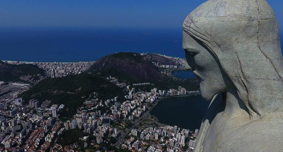 Vista de un dron de la estatua del Cristo Redentor durante el día de reapertura de atracciones turísticas en Río de Janeiro (Brasil), (AFP / FABIO MOTTA).