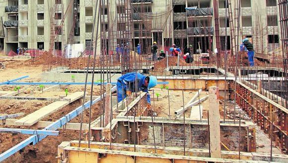 Diferencias. Los trabajadores del sector construcción ganan, en promedio, 31% más que los de comercio. (Foto: Manuel Melgar)