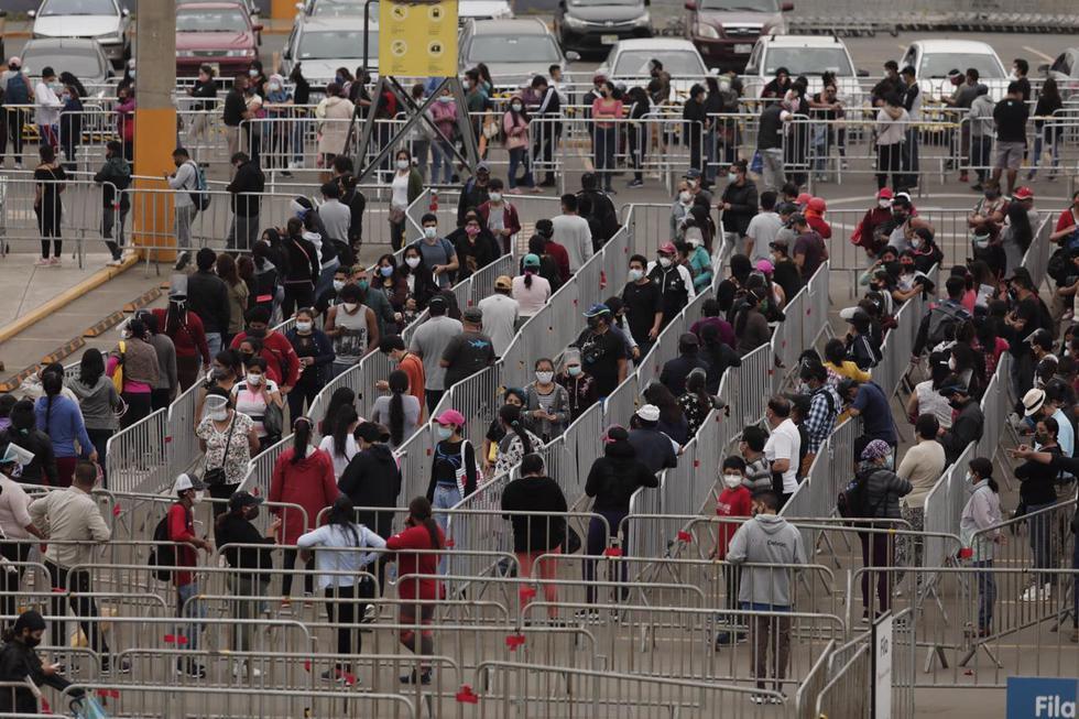 Decenas de personas continúan asistiendo a los centros comerciales a fin de realizar sus compras por Navidad. En ese sentido, se reportan largas colas en los frontis de estos lugares, donde actualmente el aforo es del 40% a fin de mitigar los efectos del COVID-19. (Foto: Leandro Britto / @photo.gec)