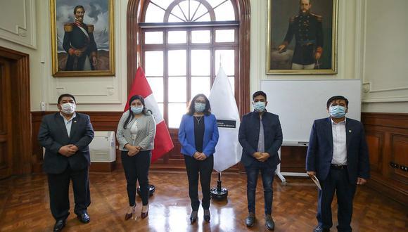 La primera ministra, Violeta Bermúdez, se reunió con la bancada Nueva Constitución. (Foto: PCM)