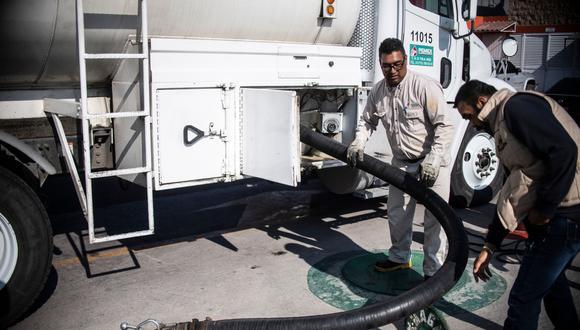 Un camión cisterna abastece de combustible a una estación de servicio en México. (Foto: AFP