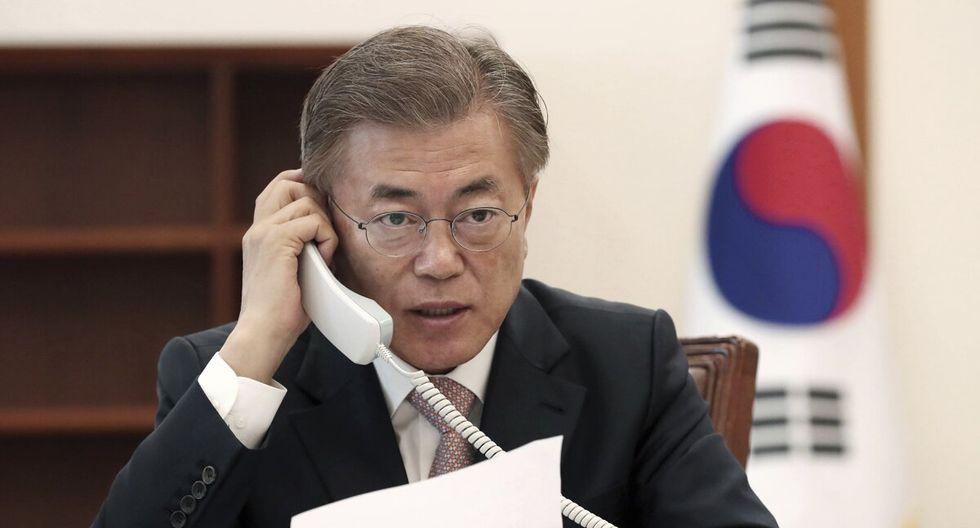 El presidente surcoreano, Moon Jae-in, sostuvo una conversación telefónica con su homólogo peruano, Martín Alberto Vizcarra Cornejo, el 6 de abril de 2020, en la Oficina del Presidente, en Seúl. (Foto: AFP)