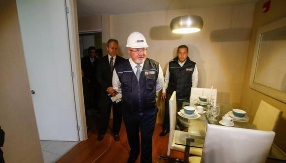 """El ministro de Vivienda, Construcción y Saneamiento, Carlos Bruce, entregó las llaves del proyecto habitacional """"Paseo San Martín""""."""