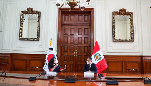 La primera ministra peruana y el embajador de Corea del Sur.