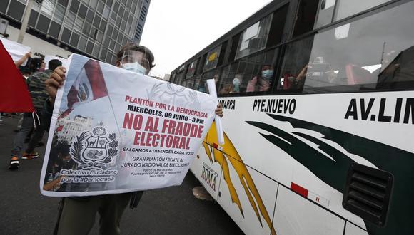 Simpatizante de Fuerza Popular en los exteriores de la ONPE. (Foto: Jorge Cerdán/@photo.gec)