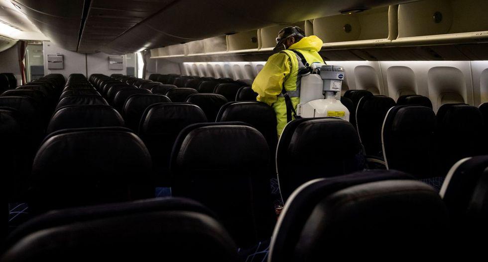 FOTO 9 | Se siguen nuevas medidas de higiene en el interior de los aviones. En la imagen, un miembro del personal del Aeropuerto de París-Charles de Gaulle (Francia) nebuliza un aparato de la compañía Air France. (Foto: Ian Langsdon / Reuters).
