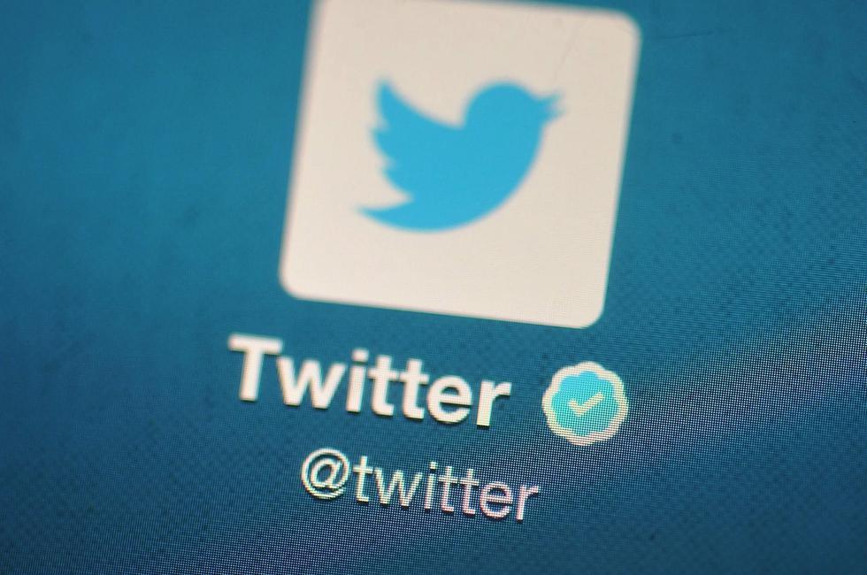 """Hace no mucho tiempo, Twitter anunció una nueva función llamada Twitter Blue. Su objetivo con esta herramienta ha sido cambiar la manera de cómo se interactúa dentro la plataforma. Una de las características más llamativas es la de ganar dinero. Tanto si eres un usuario frecuente, como si tienes una gran comunidad, tienes la posibilidad de monetizar tu contenido. Es importante subrayar que no se trata de una función abierta para todo público, es decir, debes cumplir con ciertos requisitos indispensables para optar a este beneficio. Entre las condiciones las más importantes son las siguientes; Tener al menos 10.000 seguidores, haber posteado al menos 25 tuits en los últimos 30 días y ser mayor de edad. En este mismo sentido, una de las novedades que permite ganar dinero son los super follows, que permiten a los usuarios suscribirse a contenidos exclusivos o """"premium"""" a través de un pago mensual que se puede cancelar en cualquier momento. (Foto: Getty)"""