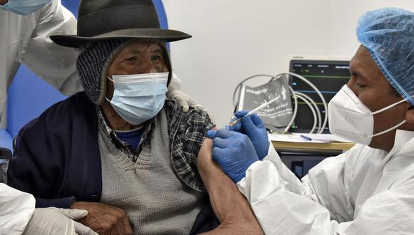 Un anciano es inoculado con la primera dosis de la vacuna rusa Sputnik V contra el nuevo coronavirus, en el Hospital El Alto Sur de El Alto (Bolivia), el 24 de mayo de 2021. (Aizar RALDES / AFP).