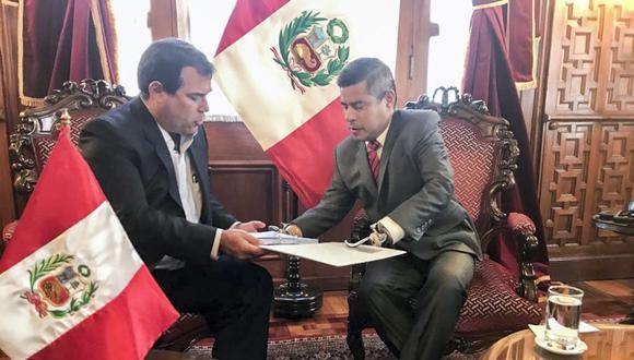 El ministro Bruno Giuffra, entregó al presidente del Congreso de la República, Luis Galarreta, el informe con las acciones que desarrolla el sector para mejorar la seguridad en la red vial nacional. (Foto: Difusión)