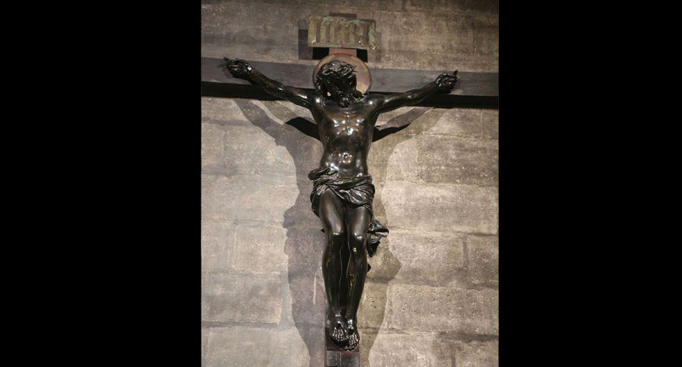 FOTO 9 | La crucifixión Una estatua de bronce naturalista de Jesucristo en la cruz. La escultura se alza sobre un alto pedestal de mármol y está colgada a la pared sobre docenas de velas devocionales. El edificio alberga cientos, si no miles, de obras de arte y objetos devocionales de importancia histórica. Fotógrafo: Waring Abbott / Michael Ochs Archives