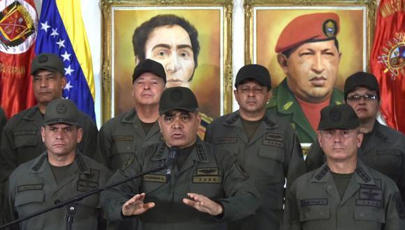 El ministro de Defensa de Venezuela, Vladimir Padrino, gesticula mientras pronuncia un discurso rodeado de militares en el edificio del Ministerio de Defensa. (Foto: AFP)
