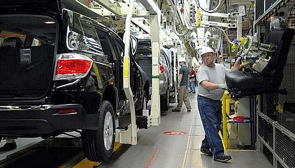 La mitad de las ocho plantas de montaje de Ford Motor Co en Estados Unidos han reducido sus habituales cierres a una semana. Otras están postergando el período de descanso.