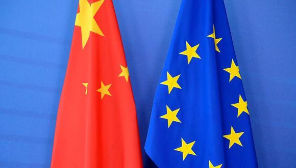 Una bandera china y otra de la UE, el 29 de junio del año 2015 durante una cumbre en Bruselas Thierry Charlier AFP/Archivos