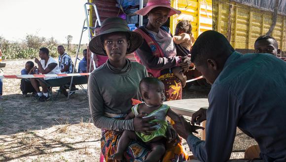 """""""Este informe confirma nuestros temores de que la interrupción de los servicios sanitarios básicos debido a la pandemia podía causar que se desande un camino de años de progresos contra la tuberculosis"""", dijo el director general de la OMS, Tedros Adhanom Ghebreyesus. (Foto: RIJASOLO / AFP)"""