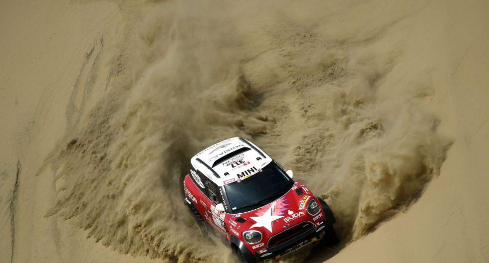 FOTO 7 | Ni lo difícil de la ruta hizo retroceder a este auto Mini, que debe luchar contra el 'mar' de arena que lo rodea. (Foto: AFP)