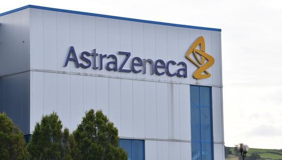 La noticia fue revelada en momentos en que AstraZeneca ha debido afrontar complejas preguntas sobre la tasa de eficacia de su vacuna. (Foto: Paul ELLIS / AFP)