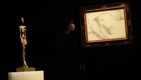 Una asistente de galería posa junto a 'Femme endorme' de Picasso en una casa de subastas de Sotheby's en Londres. (Foto: Reuters / Dylan Martinez)