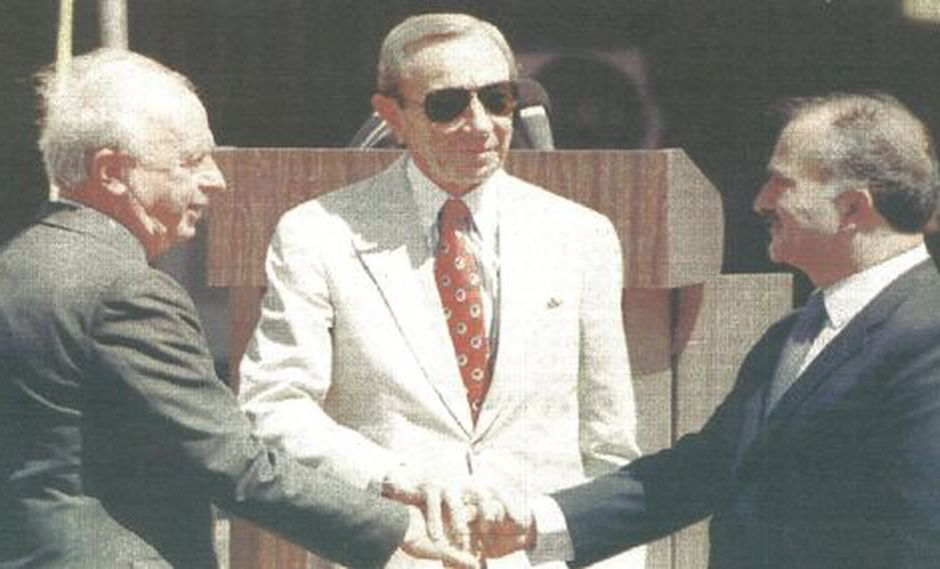 El príncipe heredero de Jordania, Hassan, y el primer ministro israelí, Isaac Rabin, se saludan luego de inaugurar un paso fronterizo entre ambos países (foto Reuter).