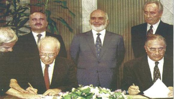 El primer ministro de Israel, Isaac Rabin, y su homólogo de Jordania, Salam Majali, firmaron ayer un acuerdo preliminar de paz, para poner fin a una guerra de 46 años. (foto Reuter)