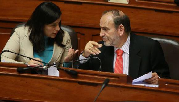 """""""Verónika [Mendoza] saca su careta al decir que me han expulsado"""", indicó Yehude Simon. (Foto: GEC)"""