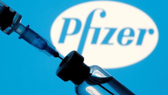 Un frasco etiquetado con la vacuna Pfizer-BioNTech contra la enfermedad del coronavirus (COVID-19) se ve en esta fotografía tomada el 19 de marzo de 2021. (Foto: Reuters).
