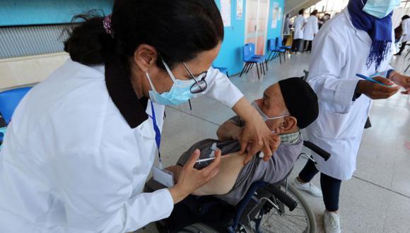 En el mundo se han administrado hasta el momento más de 1,100 millones de dosis, con China como el país que más ha inoculado (275 millones), seguida de Estados Unidos (245 millones) y la India. EFE/EPA/MOHAMED MESSARA