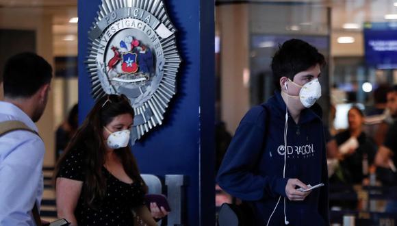 Imagen de pasajeros en el aeropuerto Arturo Merino Benítez en Santiago de Chile. (EFE).