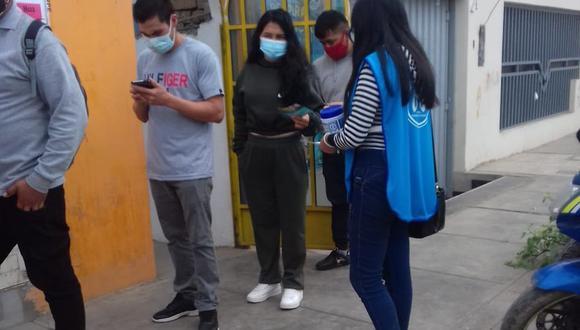 Voluntaria de Respira Florencia en exteriores de uno de los centro de votación. (Difusión)