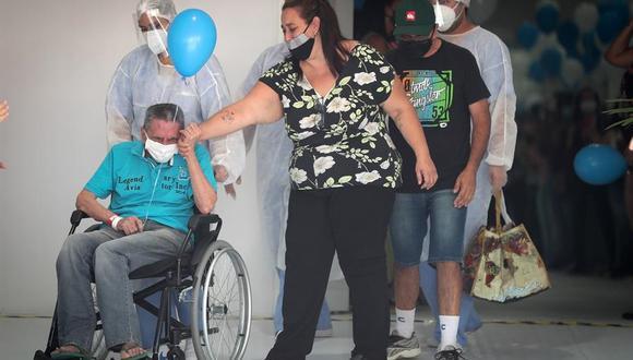 El paciente Iray Fernandes de 70 años, abandona el último hospital de campaña que estaba en funcionamiento en la ciudad de Sao Paulo (Brasil) para el tratamiento de casos de COVID-19. EFE/FERNANDO BIZERRA/Archivo