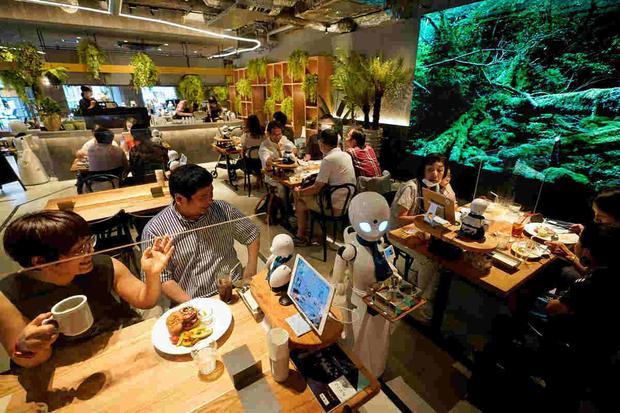 Un robot OriHime-D atiende a las mesas en un café en Tokio, Japón. (EFE)