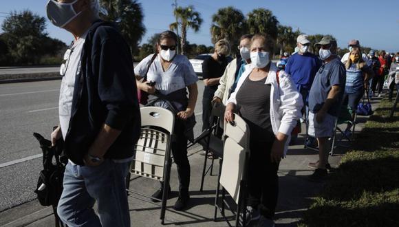 Fila de gente esperando a ser vacunada en Florida. Foto: Bloomberg.