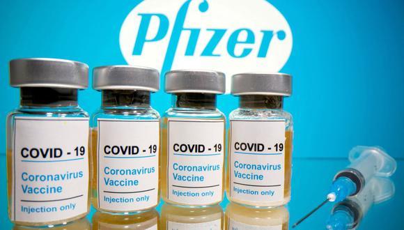 Una inclusión de la vacuna de Pfizer y BioNTech en una lista de uso de emergencia de la OMS serviría para que todos los países del mundo la autoricen. (REUTERS/Dado Ruvic/File Photo).
