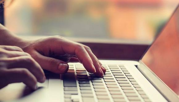 FOTO 2 | 2. Verifica los antecedentes. Las herramientas digitales de búsqueda y las redes sociales son buenas fuentes para confirmar ciertos datos de los solicitantes. Al fin y al cabo, la infracción de Thompson se descubrió por medio de una búsqueda en Google. Por tanto, una medida inteligente es hacer una comprobación de los antecedentes de cada nueva contratación.  Si bien existen compañías especializadas que ofrecen servicios de investigación de antecedentes de empleados para pequeñas y medianas empresas (Pymes), muchos expertos recomiendan como medida mínima verificar los antecedentes penales y la situación migratoria (en caso de ser extranjero) de los candidatos. Asimismo, puedes revisar su historial crediticio (previa autorización) para tener un parámetro que te confirme si el individuo es cumplido con sus obligaciones, al menos en el aspecto financiero. (Foto: Difusión)