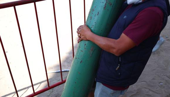Los tanques llegan al Callao desde distritos alejados y carentes de abasto de oxígeno de la mano de familiares desesperados para salvar la vida a sus seres queridos. (Foto referencial: Hugo Curotto / @photo.gec)