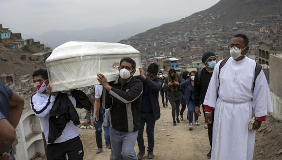 Con más de 29,000 fallecidos por el coronavirus, Perú registra 88 muertes por cada 100,000 habitantes, la tasa más alta a nivel global. (Foto: AP / Rodrigo Abd)