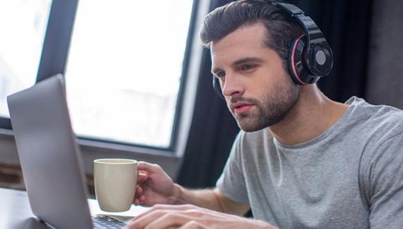 De acuerdo con un estudio, 9 de cada 10 trabajadores se desempeñan mejor cuando escuchan música. (Foto: Shutterstock)