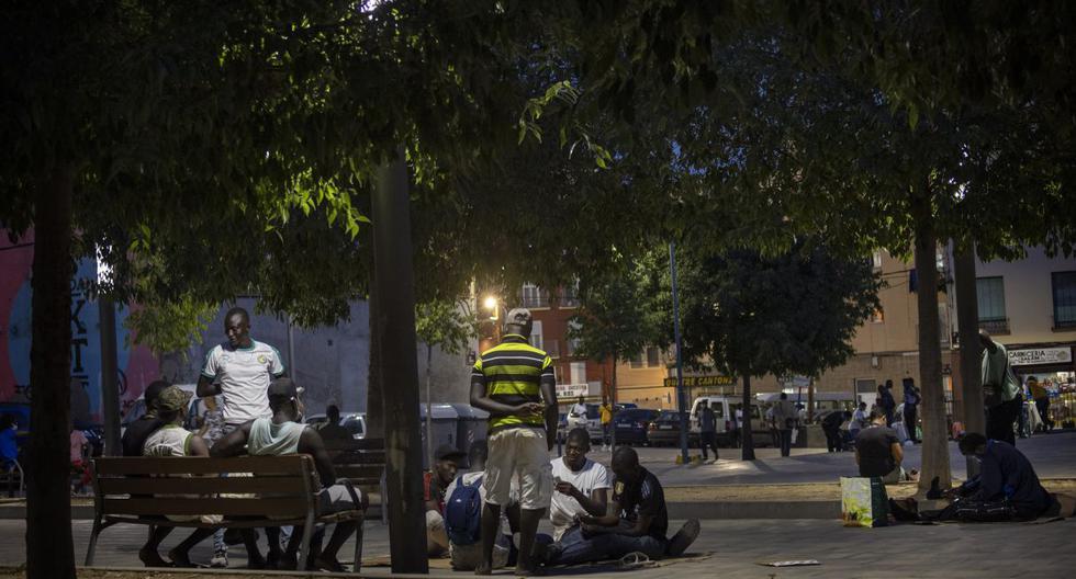 Los migrantes que buscan trabajo estacional para cosechar fruta se encuentran en medio de la pandemia de coronavirus en una plaza en Lérida, España, el jueves 2 de julio de 2020. (AP Photo/Emilio Morenatti)