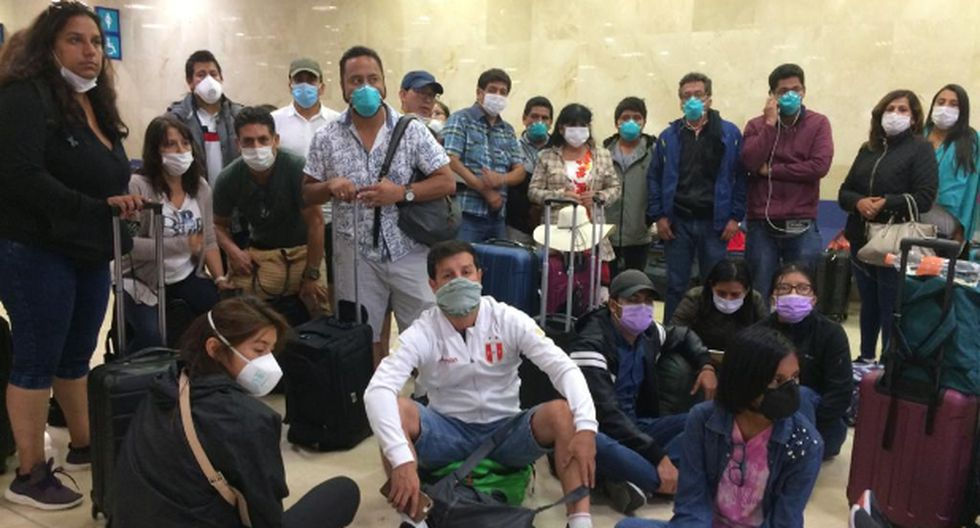 Peruanos varados en aeropuerto de México piden que los dejen viajar antes que cierren los ingresos