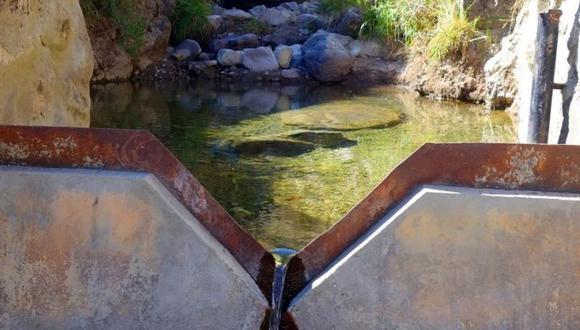 El vertedero mide cuánta agua fluye hacia la amuna. (Foto: Erica Gies / BBC News Mundo)