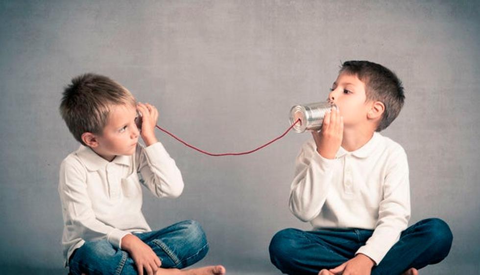 FOTO 1   1. Escucha atentamente. ¿Eres buen oyente? Los estudios sugieren que nuestra comunicación diaria se divide en: - 9 por ciento escribir - 16 por ciento leer - 30 por ciento hablar - 45 por ciento escuchar  Aun así, muchos de nosotros no sabemos escuchar. Las razones varían, ya sea por ser distraídos o por darle cierto significado a las cosas que te dicen antes de que la persona termine siquiera de hablar. En lugar de hacer eso, intenta enfocarte en el individuo que está hablando y verbalmente repite un resumen de lo que dijo para asegurarte de que entendiste antes de seguir teniendo la conversación. (Foto: Depositphotos)