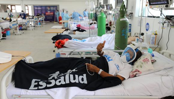 Foto referencial. Un paciente enfermo con COVID-19 recibe oxígenos mientras en tratado en un hospital de Essalud. (Foto: Essalud)