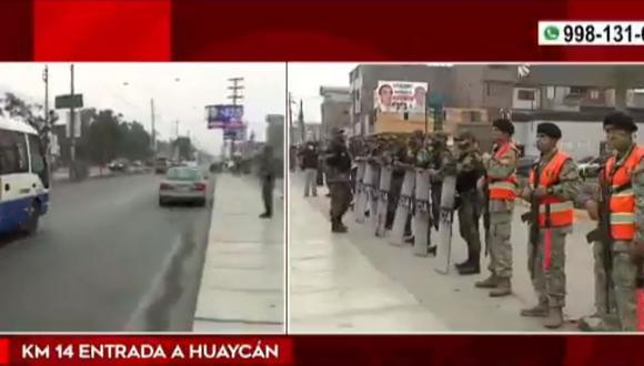 Policía logró ayer retirar los bloques de cemento, vehículos de carga y buses que obstaculizaban el paso de unidades en la Carretera Central. (Foto: Canal N)