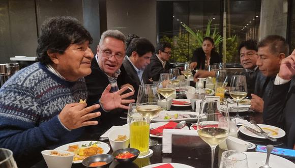 Cerrón estuvo presente en una cena de bienvenida al expresidente de Bolivia, Evo Morales, quien llegó a Perú para asistir a la asunción de mando de Pedro Castillo. (Foto: Twitter)