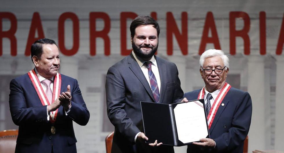 El congresista electo Alberto de Belaunde recibe su credencial de parte del JNE. (Foto: César Campos / GEC)
