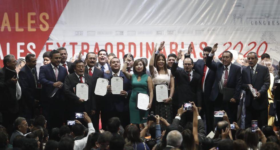 La bancada de Acción Popular saluda a los asistentes tras la ceremonia de entrega de credenciales. (Foto: César Campos / GEC)