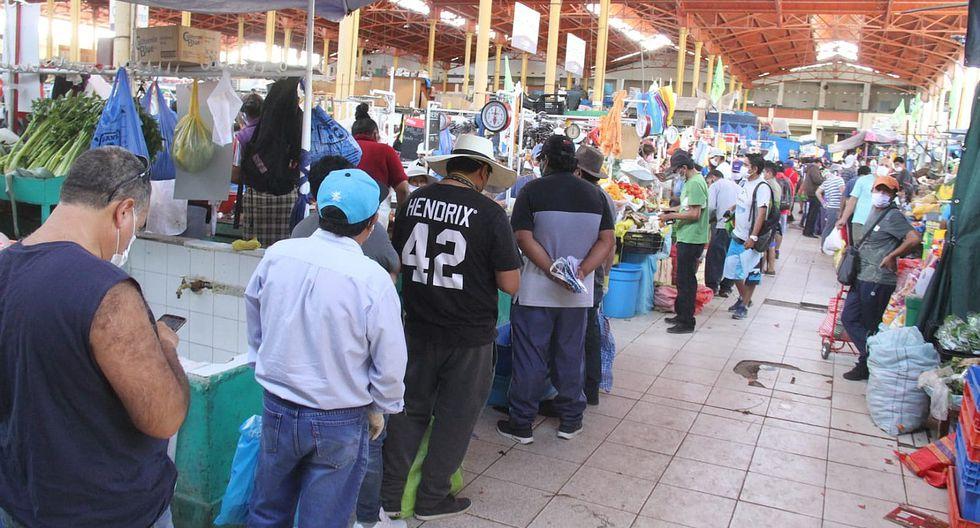 Aunque la mayoría de peruanos se ha volcado a los mercados de abastos y supermercados, siempre hay una tienda cerca a la casa que lo salva en el último minuto antes del inicio del toque de queda, que va desde las 18.00 horas hasta las 05.00 del día siguiente. (FOTOS)