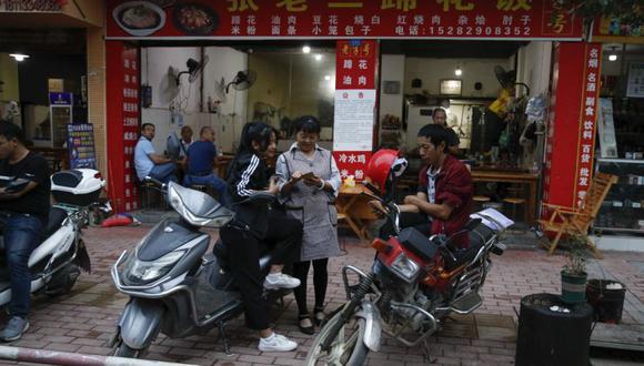 La medición china se compara con el umbral de US$ 1.90 por día establecido por el Banco Mundial para medir la pobreza extrema a nivel mundial. (AP Photo/Andy Wong)