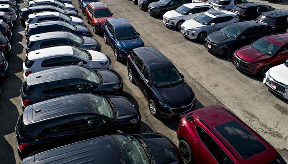 Las acciones de GM cayeron hasta 4.6%, mientras que las de Ford bajaron hasta 4.1%. Las acciones han disminuido alrededor de 40% y 46% este año, respectivamente.