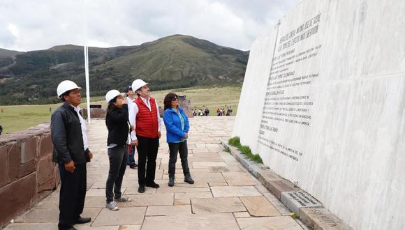 El ministro de Cultura, Rogers Valencia, (de chaleco rojo) visitó los atractivos culturales de Ayacucho. (Foto: Difusión)