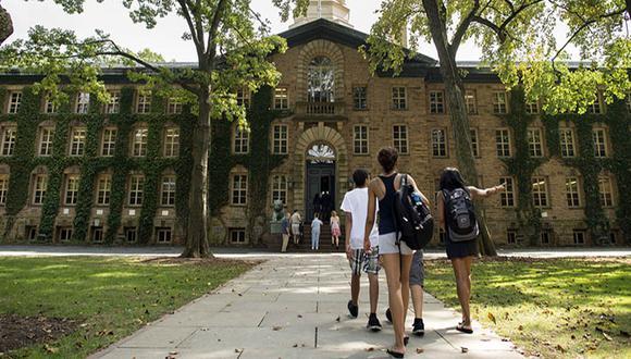 Cada vez es más necesario un diploma de universidad para tener seguridad económica. (Foto: AFP)